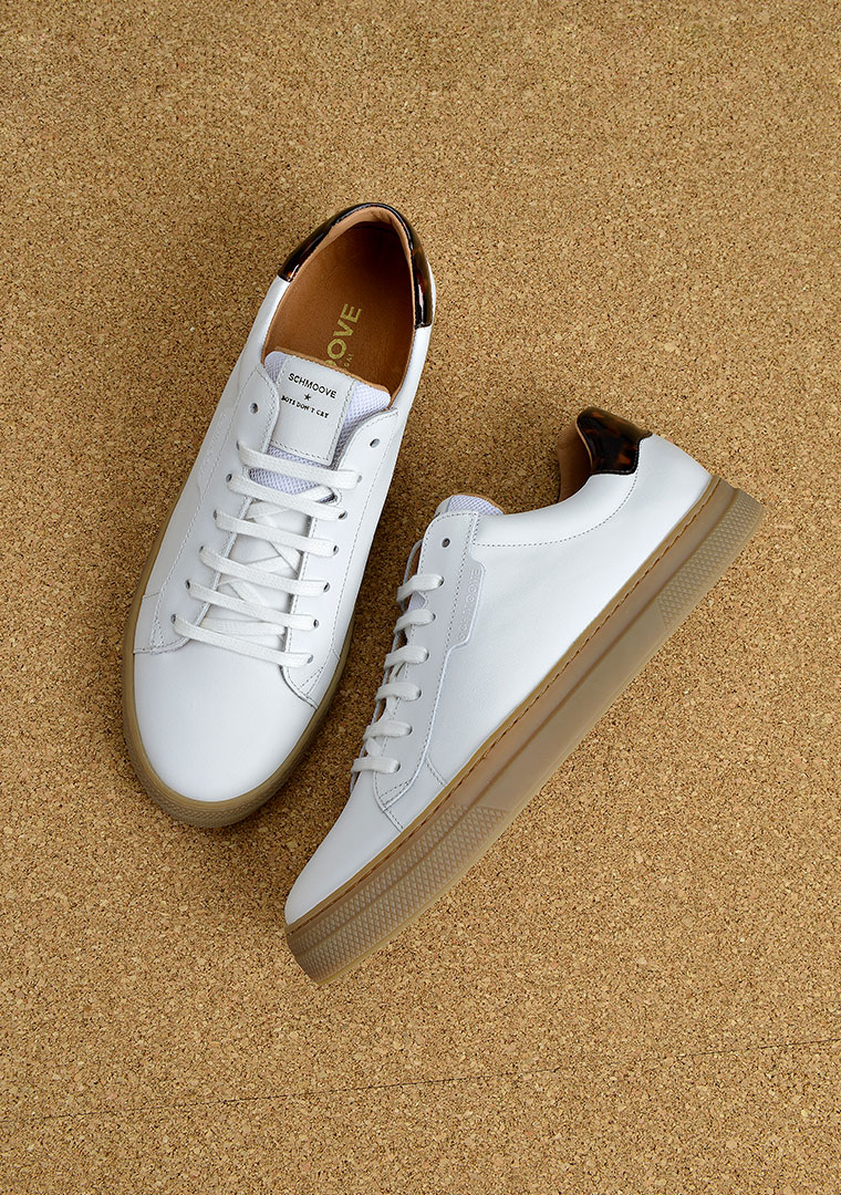 sneakers blanche en cuir et semelle mastic